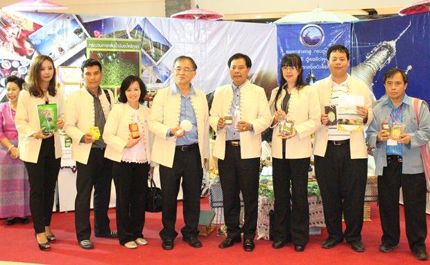 Chana Pangpul, der Vizegouverneur von Chiang Mai (Mitte), Taratip Meelaksana  von der Chonburi Tourism & Sports Association (3. von rechts), und Tiraporn Jitnawa, Generalmanagerin des Central Festival Pattaya Beach (3. von links), bei der Eröffnung.
