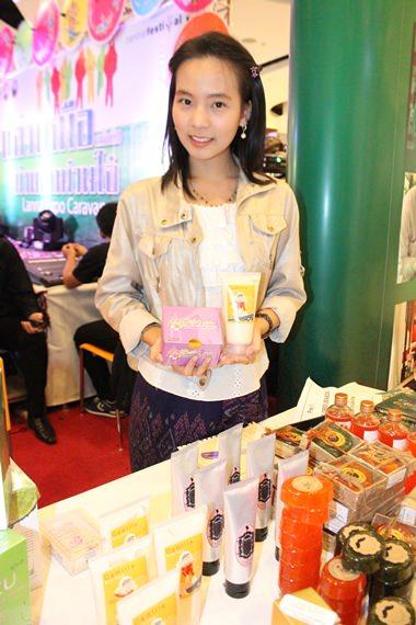 In Ausstellungsbuden werden verschiedene Produkte gezeigt.