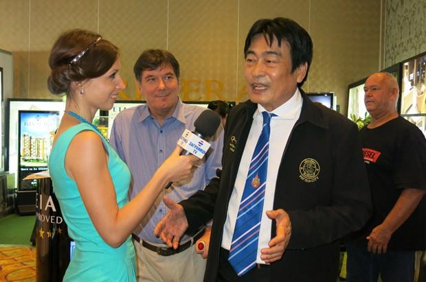 Vizebürgermeister Ronakit Ekasingh wird zu Beginn der Pattaya Property Show interviewt.