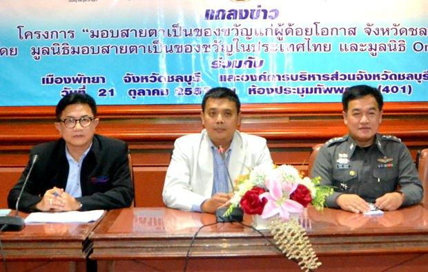 (Von links)Vizebürgermeister Wuttisak Rearmkijakarn, Bandit Siritanyong, Vizepräsident der Thai-Chinesischen Kultur- und Ökonomie Vereinigung und Polizeioberst  Supatee Boonkrong haben den Vorsitz beim Treffen.