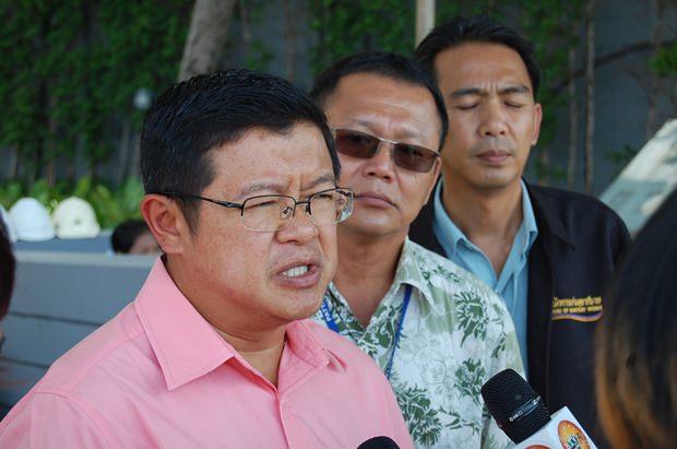Vizebürgermeister Dr. Weerawat Khakhai informiert sich vor Ort über die Beschwerden.