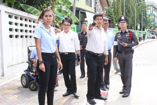 Polizeioberst Jirawat Sukhonthazup und der Vizepräsident des Stadtrates Rattanachai Suthidechanai versuchen, den Leuten die Notwendigkeit des Rolli-Weges klar zu machen.