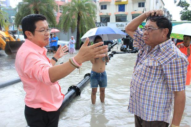 Vizebürgermeister Dr. Weerawat Khakhai und der Direktor des Sanitärwesens Wirat Jeerasreephaibhul überwachen die Arbeiten in der Soi 6.