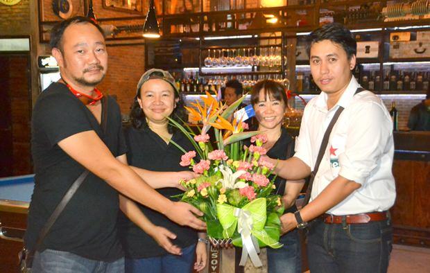 (Von links) Yongchai Chotetamnaree und Tida Nakniyom erhalten Blumengrüße zur Eröffnung.