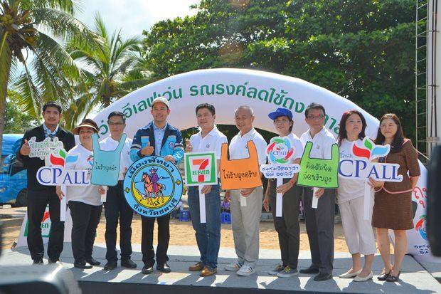 Bürgermeister Ittipol Kunplome (mit weißer Kappe) und Naris Thummakuakul sind bei der Kampagne mit dabei.