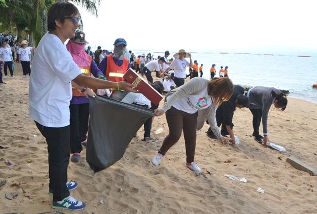 Alle helfen mit bei der Strandreinigung: Volontäre von CP ALL und 7Eleven., Einwohner Pattayas und Schüler der Schulen Nr. 7 und Nr. 8.