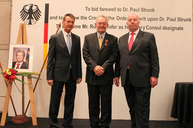 Botschafter Rolf Schulze (rechts) mit dem scheidenden Honorarkonsul Dr. Paul Strunk Mitte) und dem designierten deutschen Honorarkonsul Rudolf Hofer (links), der auch Honorar-Generalkonsul Österreichs ist.