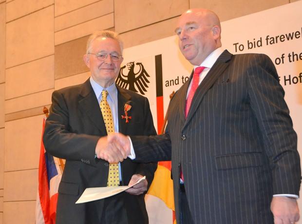 Botschafter Rolf Schulze (rechts) beglückwünscht Dr. Paul Strunk, nachdem er ihm das Bundesverdienstkreuz angeheftet hat.