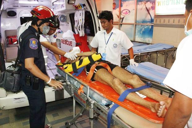 Einer der Verletzten wird abtransportiert.