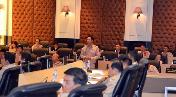 Bürgermeister Ittipol Kunplome (Mitte) erklärt die Gründe für die Genehmigung des Budgets 2015.