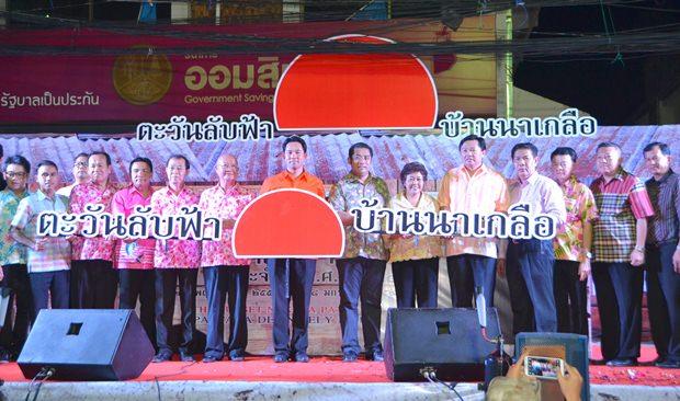 Pattayas Bürgermeister Ittipol Kunplome (Mitte) nahm gemeinsam mit seinem Bruder Sontaya Kunplome, Nuntiya Swangvudthitham, seinem anderen Bruder Wittaya Kunplome, Bezirkschef Sakchai Taengho und TAT Direktorin Suladda Sarutilavan an der Eröffnung der Naklua Walking Street teil.