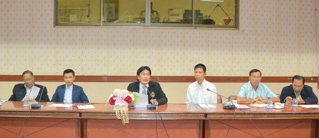 Vizebürgermeister Ronakit Ekasingh hatte den Vorsitz bei den Besprechungen zur Regulierung des Verkehrsflusses während der Straßentunnelarbeiten.
