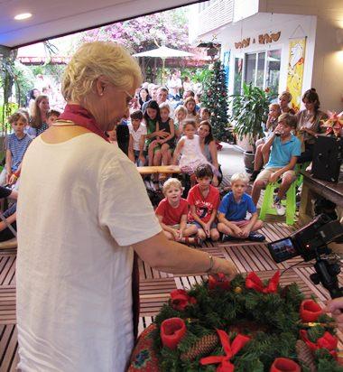 Pfarrerin Annegret Helmer zündet die erste Kerze am Adventskranz an.