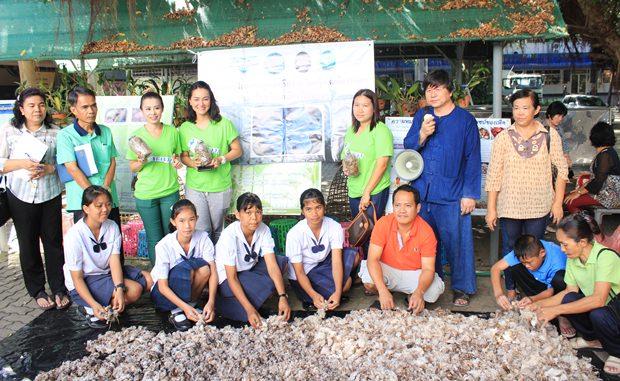 YWCA Bangkok-Pattaya hält ein Training zur Zucht von Pilzen in der Schule Nr. 7 ab.