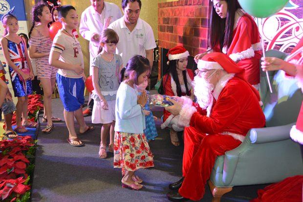 Santa Claus verteilt Geschenke.