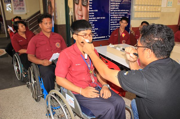 Optiker von Essil Vision untersuchen 300 Studenten.