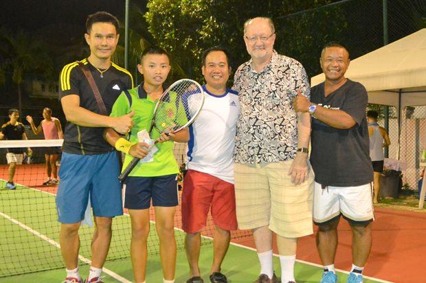 (Von links) Tennisspieler Phathikone Kanyaphan, erhält seinen Preis aus den Händen vom ehemaligen Direktor des Asien-Pazifik Regionalbüros für Bildung, Sheldon Shaeffer, in Gegenwart anderer Spieler.