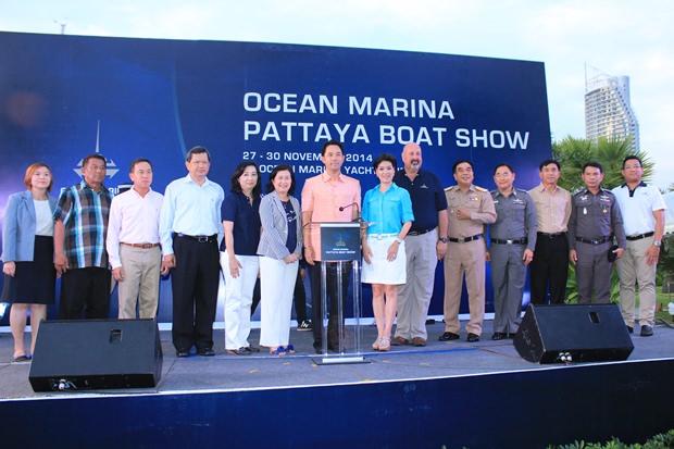 Bürgermeister Ittipol Kunplome (Mitte) und Hafenmeister Scott Finsten (6.von rechts) bei der Eröffnungszeremonie der 'Ocean Marina Boat Show 2014'  gemeinsam mit Ehrengästen.
