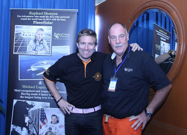 Raphael Domjan, Pilot Solar Stratos SA und Philippe Guenat (rechts) von der Bakri Cono Shipyard, unterhalten sich über Solarenergie.