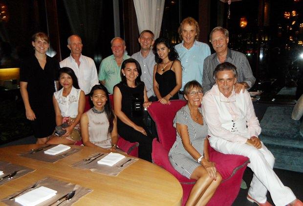 Axel Brauer (sitzend ganz rechts) und seine Freunde nach dem Feuerwerk.