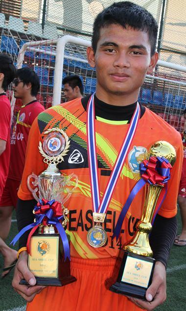 Der junge Somchai mit dem Siegespokal.
