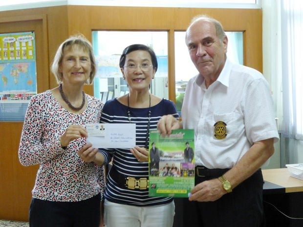 Die Spende an das Human Help Network. (Von links) Dr. Margret Deter, Radchada Chomjinda, die Direktorin des Human Help Network Thailand und Gründungspräsident Dr. Otmar Deter.