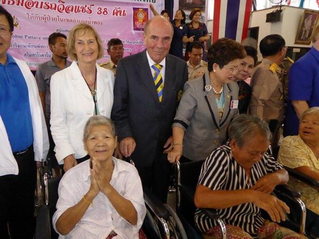 Die Übergabe der Rollstühle in Namphong.