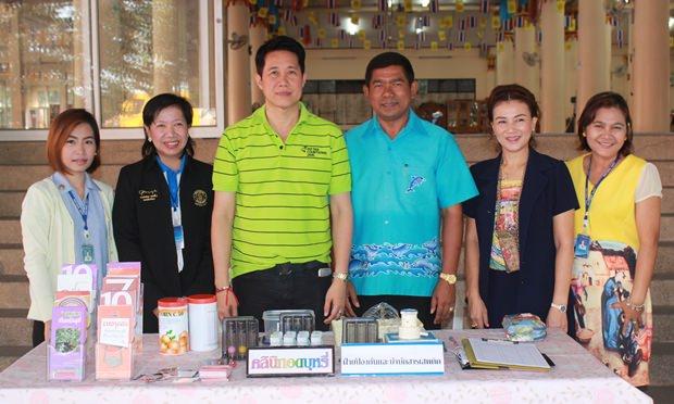 Stadtrat Banjong Bantoonprayuk mit Krankenschwestern und Gehilfen.
