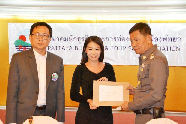 PBTA Präsident Sinchai Wattanasartsathorn erhält von Praichit Jetapai, Vorsitzende des  YMCA Bangkok-Pattaya, einen Vorschlag zur zum Schutz von Frauen und Kindern.
