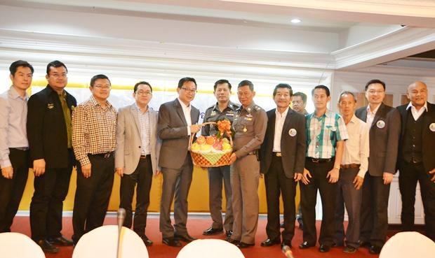PBTA Präsident Sinchai Wattanasartsathorn und sein Team gratulieren Polizeigeneralmajor Nitipong Niamnoi zu seiner Ernennung zum Kommandanten der Chonburi Provinz-Polizei.