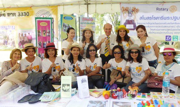 Die Mitglieder des Rotary clubs Prapathomchedi, nehmen Dr. Otmar Deter und seine Gattin Dr. Margret, die ihnen mit viel Geld beim Prothesenprojekt halfen, in die Mitte.
