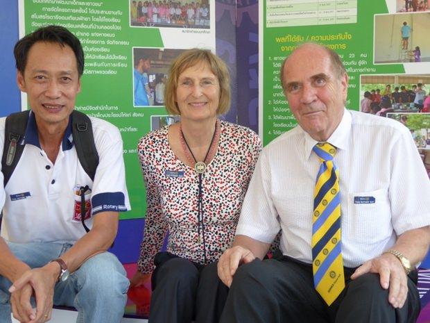 Der Präsident des Rotary Clubs Jomtien, Vutikorn Kamolchote (links), war auch mit dabei. Hier im Bild mit Familie Deter.