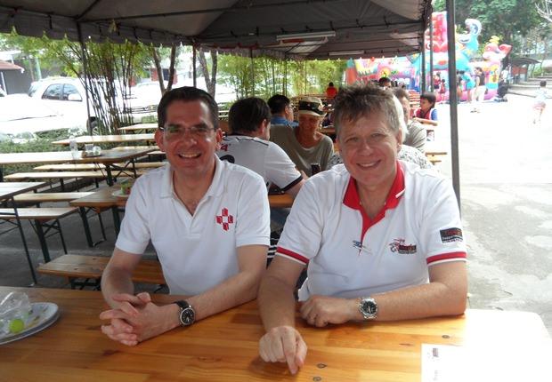 Ebenfalls mit dabei: der Schulleiter der RIS Swiss Section-Deutschsprachige Schule Bangkok, Dominique Tellenbach (links) und Knut Sierotzlci, Präsident von ThaiGer und Veranstalter des Turniers.