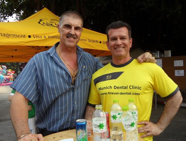Dr. Christoph Klüppel, Bodybuilder und Chef eines bekannten Gym in Bangkok sowie Nebendarsteller in Schwarzenegger Filmen (links) mit Dr. Ramin Yachkaschi, einziger deutscher Zahnarzt in Pattaya und Sponsor vom Pattaya Team.