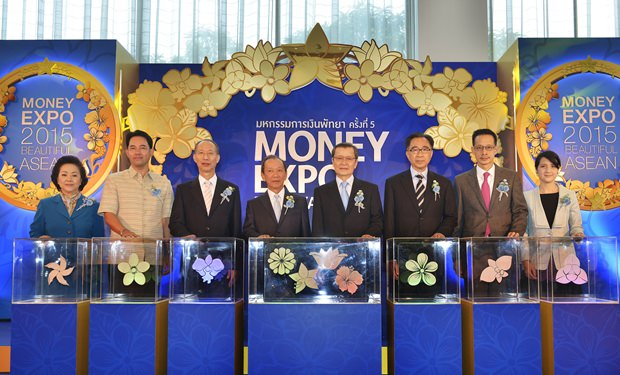 """Finanzminister Sommai Phasee hatte den Vorsitz bei der Eröffnung der Money Expo Pattaya 2015. Im Foto von links) Panga Vathanakul, die geschäftsführende Direktorin der Royal Cliff Hotel Gruppe, Bürgermeister Ittipol Kunplome, Chonburis Gouverneur Khomsan Ekachai, Finanzminister Sommai Phasee, Santi Wiriyarangsan, Präsident und Chefeditor von """"Money and Banking Journal"""", SET Vorsitzender Dr. Sathit Limpongpan, Thai Life Assurance Association Präsident Sara Lamsam und Pakinee Wiriyarangsan, Vizepräsidentin des Money Expo Event."""