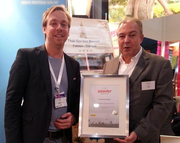 (Von links) Marthijn Tabac überreicht den wertvollen Preis an Generalmanager Rene Pisters.