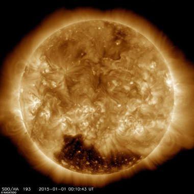 Das größere Koronalloch befindet sich auf dem Südpol der Sonne. Das Zweite ist auf dem Nordpol zu finden und dieses ist wesentlich kleiner. (Foto: NASA/SDO)