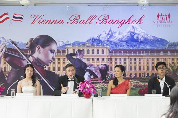 Österreichs Botschafter Mag. Enno Drofenik und seine Gattin Juri Segiguchi-Drofenik (beide Mitte) bei der Pressekonferenz eingerahmt vom Debütantenpaar.