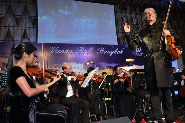 Dirigent Russel McGregor in voller Aktion.