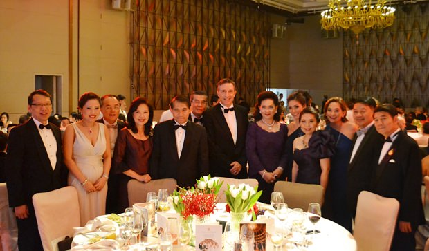 Alle Thailänder wollen mit Österreichs Botschafter-Ehepaar Mag. Enno Drofenik (Mitte) und seiner schönen Gattin Juri (5. von rechts) abgelichtet werden.