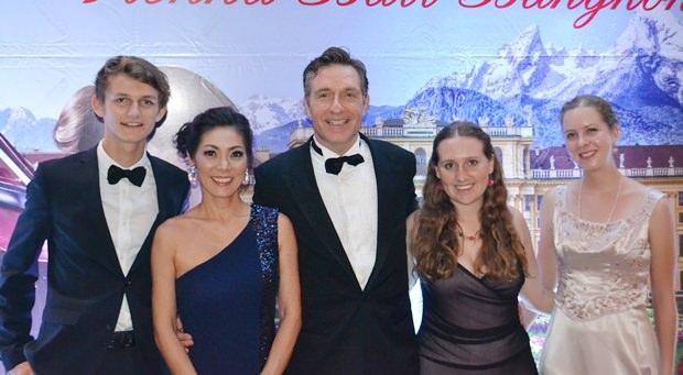 Botschafter Enno Drofenik und seine Gattin Juri beim Abschiedsbild mit den drei Volontären des Human Help Networks, Malte, Bernadette und Katharina.