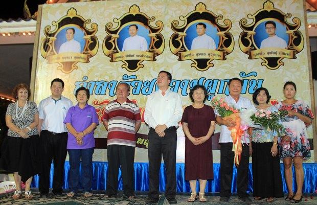 Pastor Francis Xavier Kritsada Sukkaphat (5. von links) und Vater Joseph Phinant Pornprasit (3. von rechts) erhalten Blumen zum Abschied.