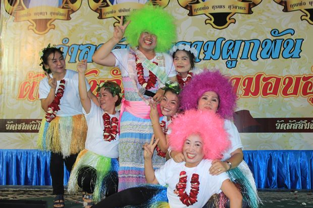 Vater Phu mit grüner Perücke und seine Tänzerinnen.