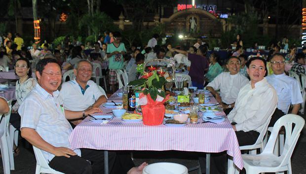 Priester und Gäste genießen die Shows gleichermaßen.