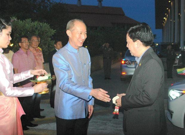 Chonburis Gouverneur Komsan Eakachai begrüßt die Unterrichtsministern aus 11 Staaten.