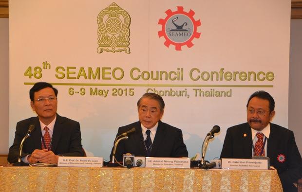 (Von links) Prof. Dr. Pham Vu Luan aus Vietnam,  Admiral Narong Pipatanasai aus Thailand und Dr. Gatot Hari Priowirjanto der SEAMEO Sekretariatsdirektor bei der Pressekonferenz.