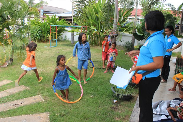 Kinder werden gegen Krätze behandelt.