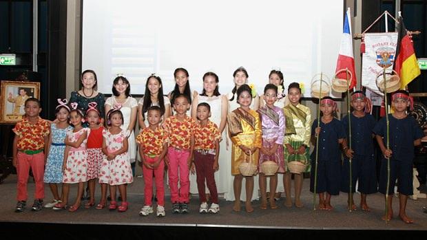 Die Kinder des Child Protection & Development Centers mit Radchada Chomjinda (ganz links).