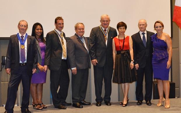 Die beiden neuen Präsidenten der Rotary Clubs Eric Larbouillatt (3. von links) und Hubert Meier (Mitte) mit ihren Gattinnen, dem scheidenden Präsidenten des RC Pattaya Marina, Joseph Roy (ganz links), dem ehemaligen Distrikt-Gouverneur Premprecha Dibbayawan (4. von links), sowie dem französischen Konsul Luc Speybrouck (2. von rechts) mit Gattin Maria.
