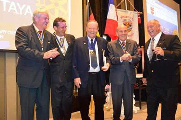 Hier stellen sich alle neuen Präsidenten für das Rotary Jahr 2015-2016 vor: (von links) Hubert Meier (Phönix), Eric Larbouillatt (Marina), Max Rommel (Jomtien), Otmar Deter (e-Club Dolphin) und Rodney James Charman (Eatern Seaboard).